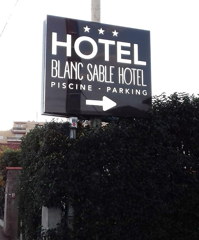 Enseigne Blanc sable hotel - Vallauris 1