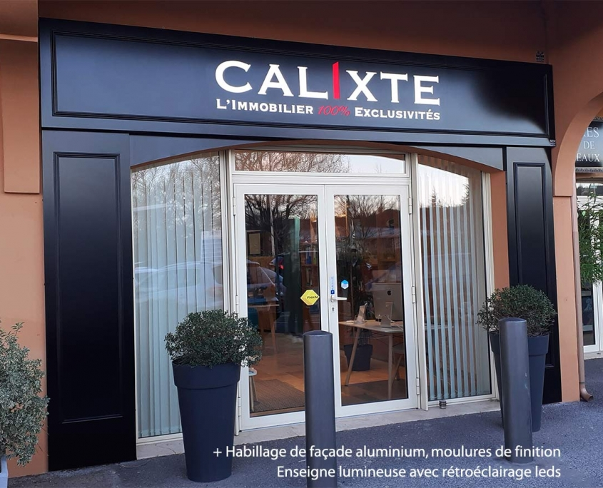 Habillage de façade et enseigne lumineuse CALIXTE 1